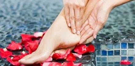 1. Gunakan Antiperspirant pada telapak kaki