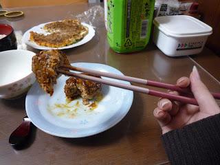 menusuk dengan sumpit